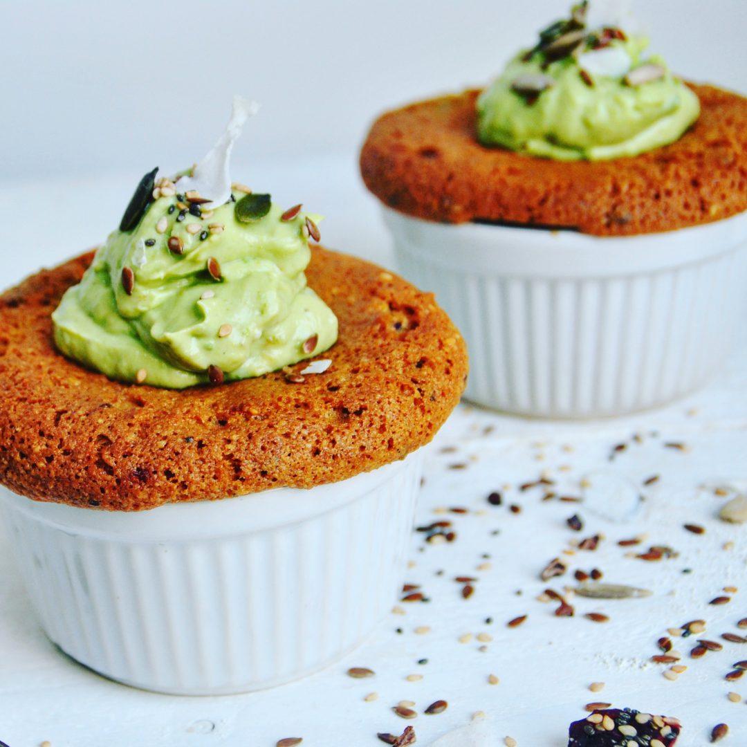 Muffins met dadel en avocado kokoscreme